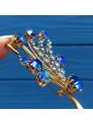 Нарядная винтажная брошь, украшенная искристыми кристаллами оттенка сапфира