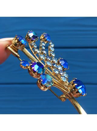 Брошь, украшенная кристаллами оттенка сапфира