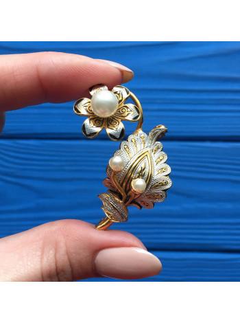 Брошь в стиле Дамаскин, украшенная имитированными жемчужинами
