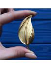 Брошь в форме листа золотого оттенка