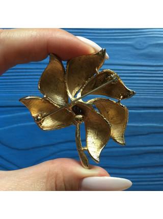 Брошь в форме золотого цветка