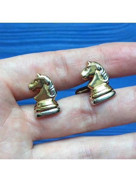 Запонки в форме шахматных коней