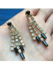 Элегантные серьги, украшенные искристыми кристаллами двух оттенков