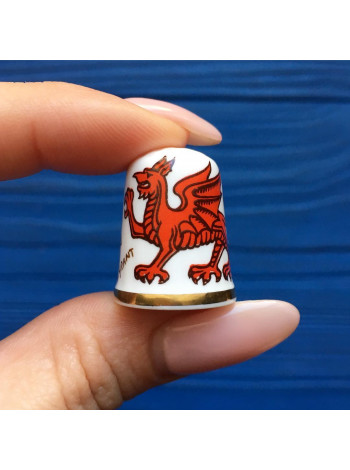 Коллекционный наперсток от Caverswall с гербом Уэльса