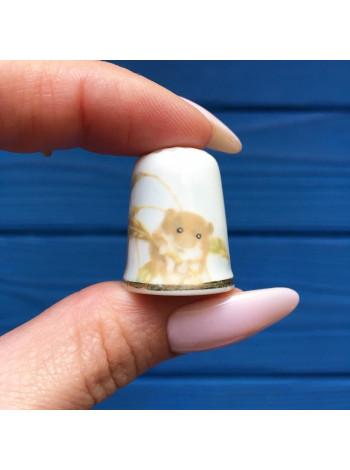 Очаровательный мышонок с колоском в лапках