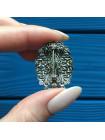 Элегантная брошь с крупной вставкой в обрамлении кружева из металла