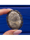 Элегантная брошь с крупной вставкой из среза агата в обрамлении кружева из металла
