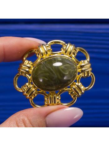Эффектная брошь с камнем зеленоватого оттенка