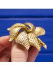 Элегантная брошь в форме цветка из качественного ювелирный сплава золотого оттенка