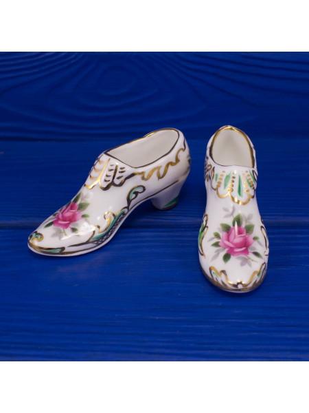 Пара туфелек на каблуке, расписанных вручную