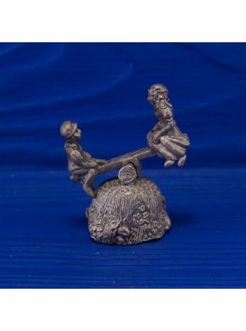 Редкий металлический коллекционный наперсток в форме подвижных качелей, на которых катаются детишки