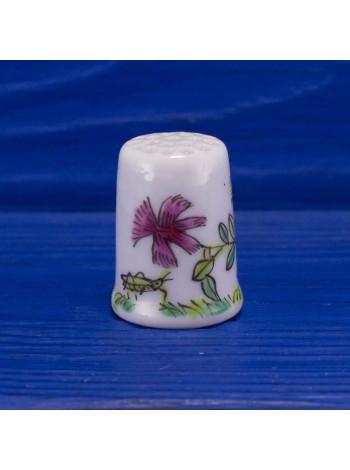 Очаровательный наперсток с насекомыми и цветами