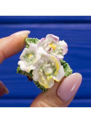 Винтажная английская брошь с объемными фарфоровыми цветами, расписанными вручную