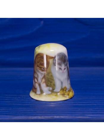 Фарфоровый коллекционный наперсток с котятами, наблюдающими за утятами