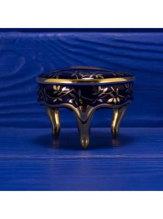 Шкатулка Limoges на ножках с любовным сюжетом на кобальте на крышке в обрамлении золотого орнамента