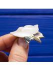 Интересная брошь в форме цветка лотоса, выполненного из перламутра