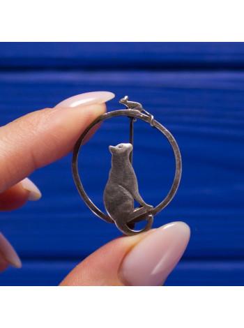 Очаровательная серебряная брошь с кошкой, наблюдающей за мышкой