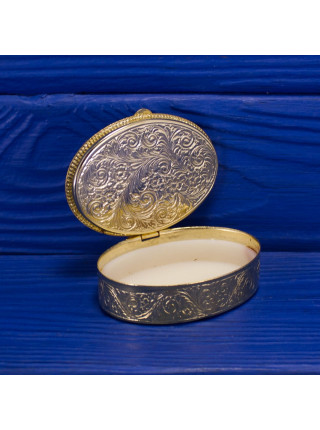 Роскошная французская шкатулка-таблетница с любовным сюжетом на крышке в обрамлении золотого орнамента