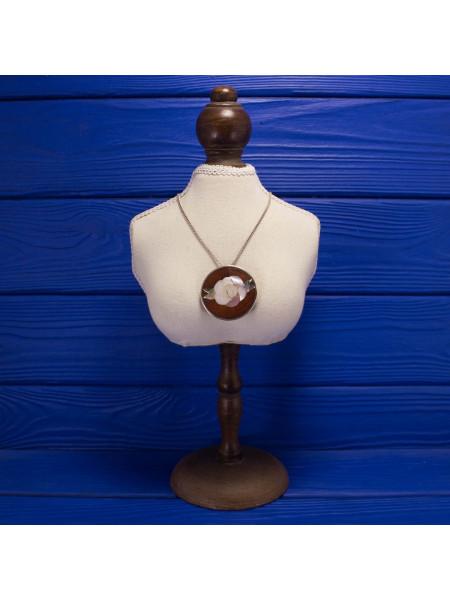 Очень эффектная подвеска (брошь) с цветком, выполненным из перламутра в деревянном обрамлении
