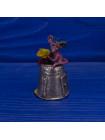 Очаровательная мышка с кусочком сыра, восседающая на чудесном металлическом наперстке в форме домика