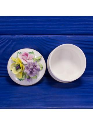 Шкатулка-таблетница с объемными цветами от Crown Stafforshire