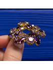 Сверкающая винтажная брошь, усыпанная кристаллами цвета аметиста, каждый из которых закреплён крапанами (лапками)