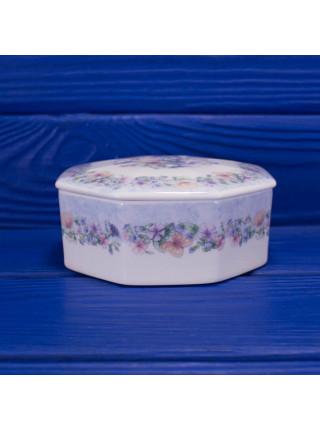 Фарфоровая шкатулка для украшений геометрической формы дизайна Angela от Wedgwood