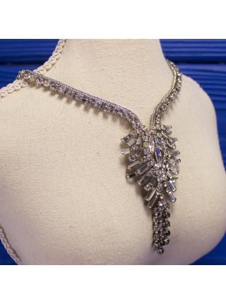 Шикарное винтажное колье, украшенное кристаллами разных форм и размеров