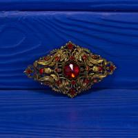 Потрясающая винтажная брошь интересной формы на кружевной основе с ярко красными кристаллами 1950-1960 гг.