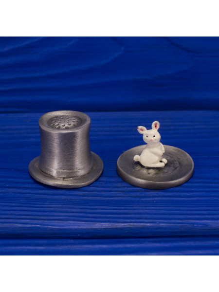 Наперсток в форме шляпы фокусника, подняв которую, вы найдете белого кролика серии The Surprise Collection от Thimble Collectors Club