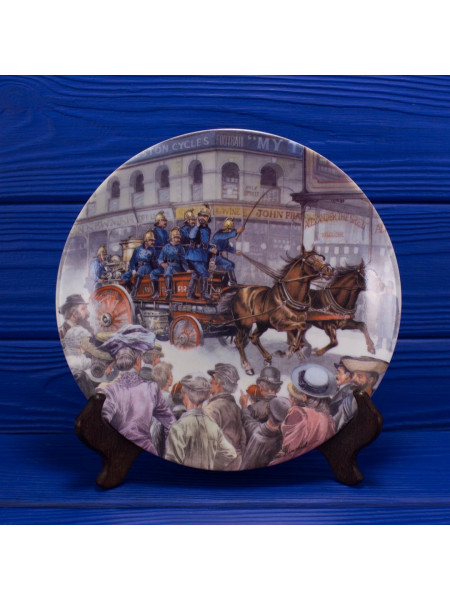 """Тарелка Royal Worcester """"The Fireman"""" (Пожарный) из коллекционной серии The Good Old Days"""