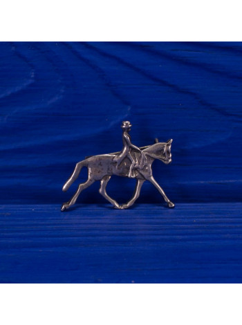 Серебряная брошь в виде всадника на лошади в подарочной коробочке