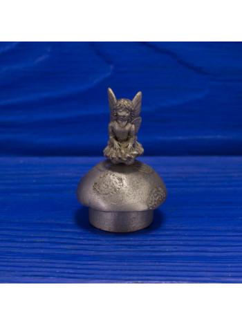 Коллекционный металлический наперсток в виде подвижной фигурки феечки, сидящей на грибе