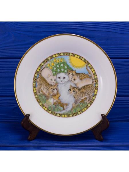 Коллекция фарфоровых тарелок от Franklin Porcelain с днями недели, иллюстрирующая детскую считалку, которая по приданию определяет характер и будущее ребенка по дню рождения