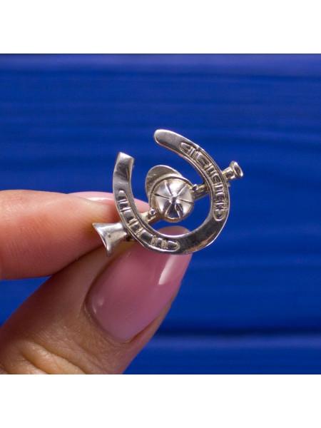 Серебряная брошь в виде подковы и шлема с клюшкой для игры в поло. Маркировка 925